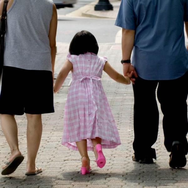 Asian_family_walking_pink_shoe_girl_2700_block_CPike_003_ss