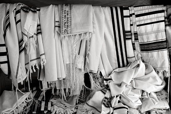 tallisim_on_rack_Chabad_003_bw_sm
