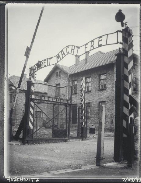 Auschwitz_gates_7-29-98_ss