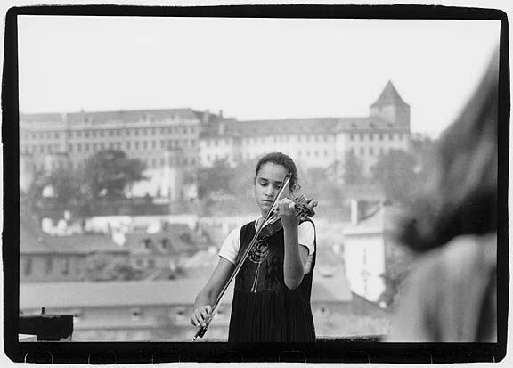 violinist_on_bridge_Prague_1998_sm