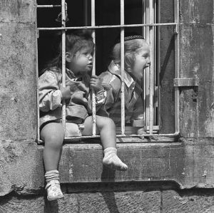 c55-Mea Shearim window laugh sm.jpg